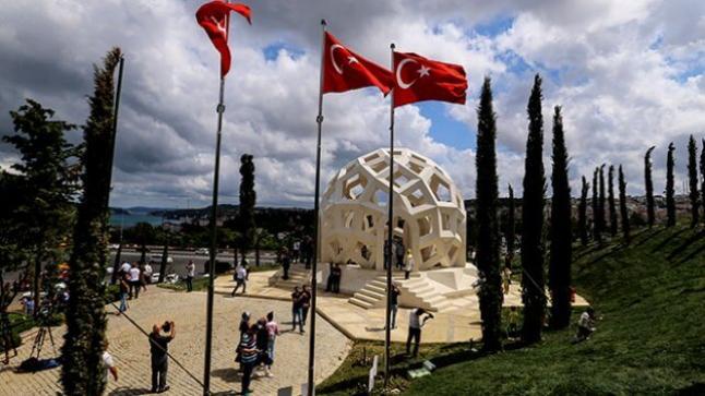 نصب شهداء المحاولة الإنقلابية الفاشلة في تركيا يغص بالزوار من الأتراك